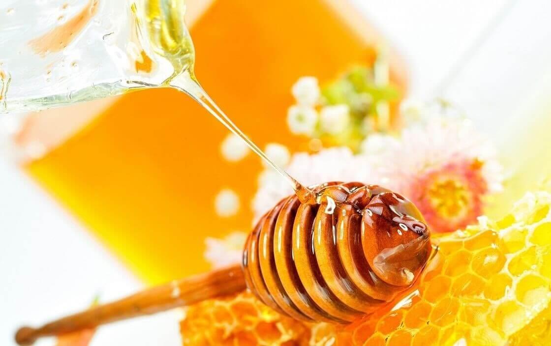 Mật ong phù hợp là mặt nạ cho da tàn nhang