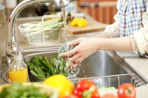 Rửa sạch thực phẩm trước khi sử dụng