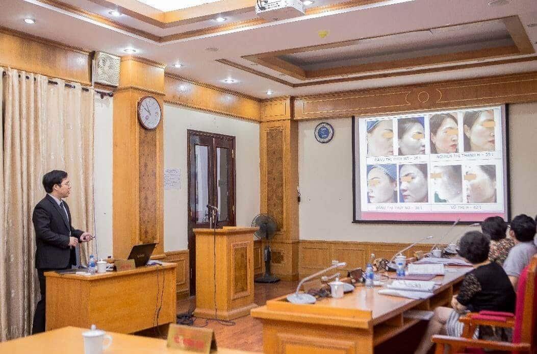 Bác sĩ Tiến Thành trình bày các kết quả lâm sàng trong phương pháp điều trị nám tại Đại học Y Hà Nội
